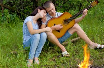 Парень и девушка с гитарой