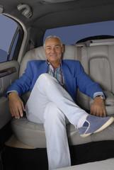 Señor turista en un automóvil,limosina.