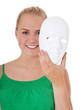 Attraktives Mädchen demaskiert ihr Gesicht