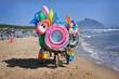 Carrello in spiaggia che espone giochi gonfiabili in spiaggia