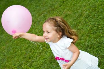 bambina che gioca con palloncino