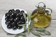 Plato de olivas negras con aceite de oliva virgen.