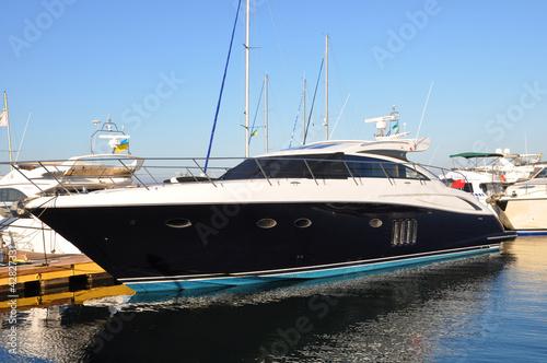 Черная яхта в порту Одессы