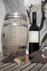 pipa de vinho e garrafa de vinho