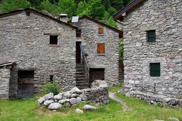 case in pietra in val di Mello