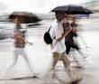 Menschen mit Regenschirm, unscharf