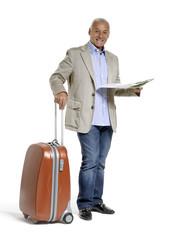 Señor sujetando una maleta y un mapa,de viaje.