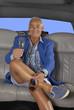 Hombre turista bebiendo champagne en una limosina,en un auto.
