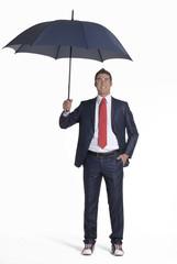 Joven ejecutivo sujetando una sombrilla,paraguas.