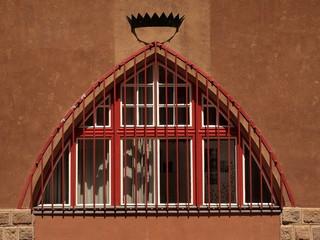 Architektonisch reizvoll gestaltete Holzfenster