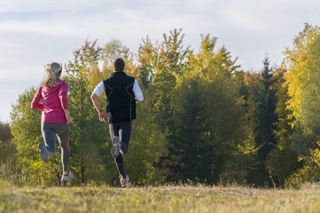 zusammen laufen im Herbst