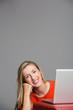 Sympathische Frau arbeitet am Laptop