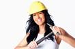 Hüsche junge Handwerkerin mit Hammer in der Hand