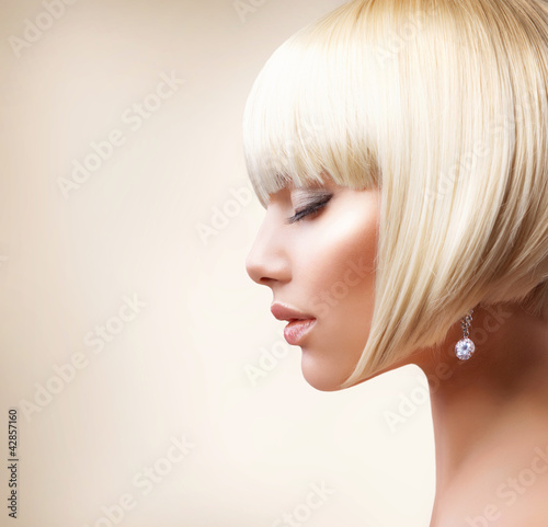 Blond Hair. Beautiful Girl with Healthy Short Hair