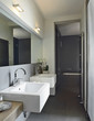 lavabi di ceramica bianca in un bagno moderno