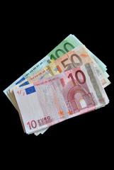 100,50,10 Euroscheine auf schwarzem Hintergrund