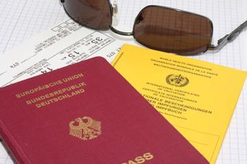 Reisepass mit Impfbuch und einem Flugticket