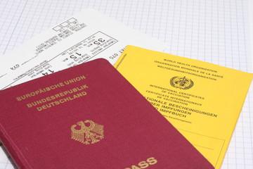 Reisepass mit Impfbuch und Flugticket