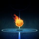 Basketball in Flammen auf Spielfeld 3D