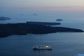 Passagierschiff vor Santorin am Abend