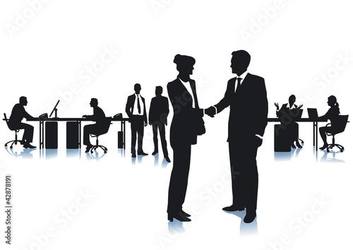 Einigung mit Handschlag im Büro