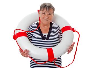 Alte Frau trägt Rettungsring