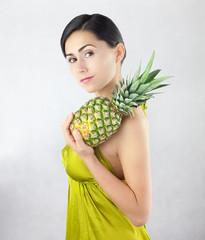 Piękna uśmiechnięta kobieta z dojrzałym dużym ananasem