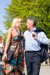 Älteres Paar macht Stadtbummel im Frühling