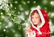 Kleine Miss Santa mit Sternenstaub vor grünem Hintergrund