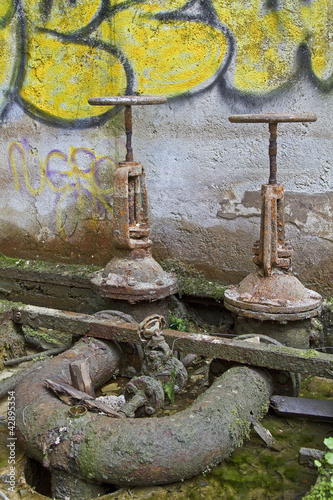 Absperrräder in Industrieruine
