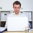 Manager am Laptop im Büro