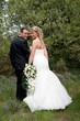 couple de jeunes mariés dans la nature