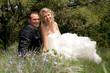 jeunes mariés souriants et heureux