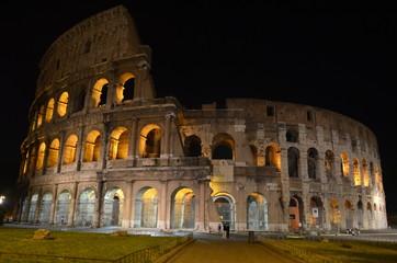 Vista nocturna del Coliseo. Roma