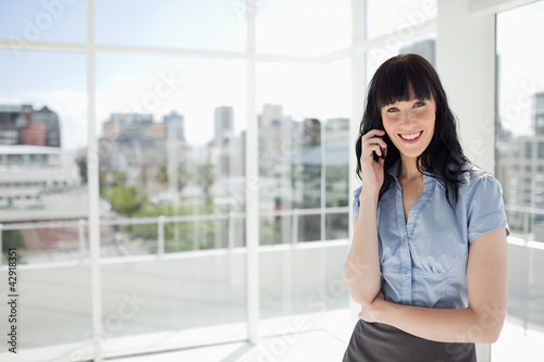 Young woman talking on the phone with a smiling face