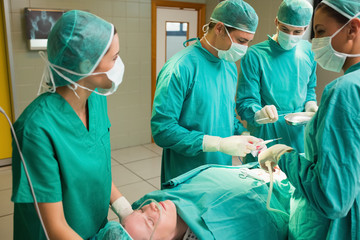 Concentrated surgical team operating