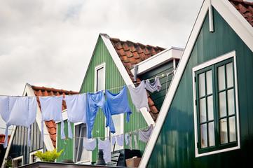 Linge étendu près d'une maison de Volendam.