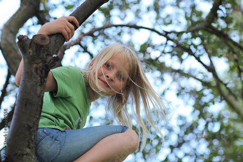Kind und Baum