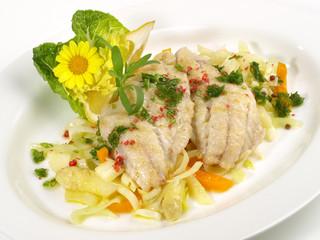 Fischfilets auf sommerlichem Gemüse