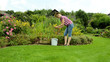 Blumenpflege im Garten