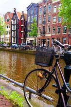 Fiets langs de grachten van Amsterdam, Nederland
