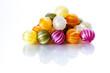 Farbig gestreifte Bonbons, isoliert
