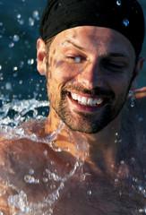 modello in acqua sorridente