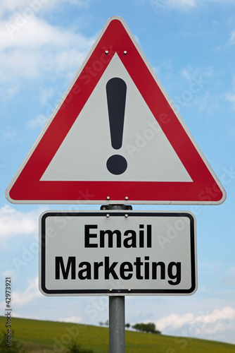 Achtung-Schild EMAIL MARKETING