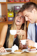 Lachende Frau mit Mann im Café