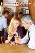 Älteres Paar mit Wein im Café