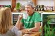 Älteres Paar gemeinsam im Café