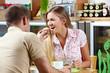 Mann lässt Frau von Muffin kosten