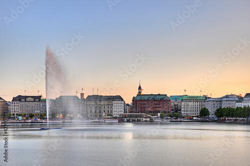Hamburg am Abend mit Wasserfontäne