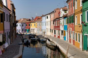 Farbige Häuser an Kanal, Burano, Venedig